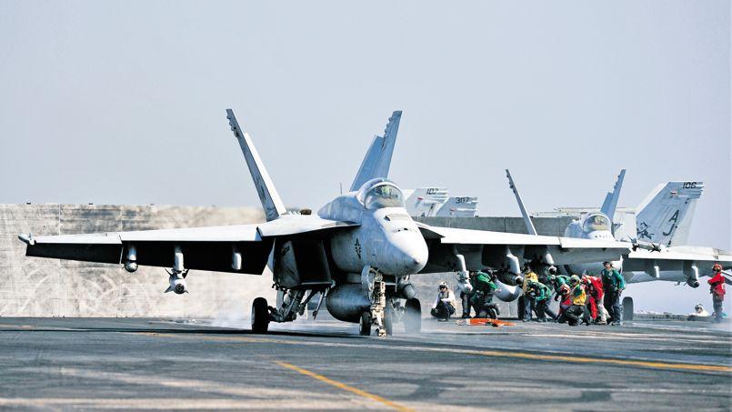 Un avion de combat F/A-18E Super Hornet décollant du porte-avions USS George H.W. Bush, le 31 juillet.