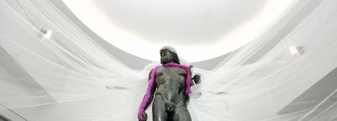 Italie: des bronzes habillés en travestis