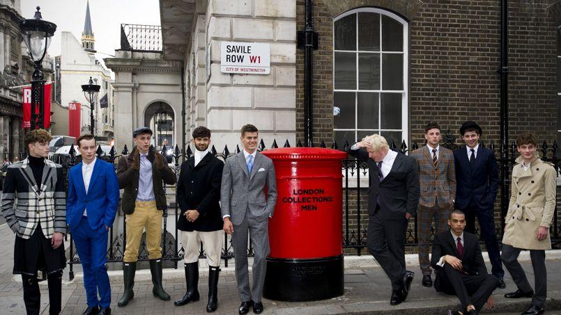 Le maire de Londres Boris Johnson pose avec des mannequins en 2013 dans la célèbre rue des couturiers britanniques.