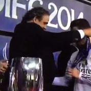 Quand Platini remet deux médailles par erreur à Ronaldo
