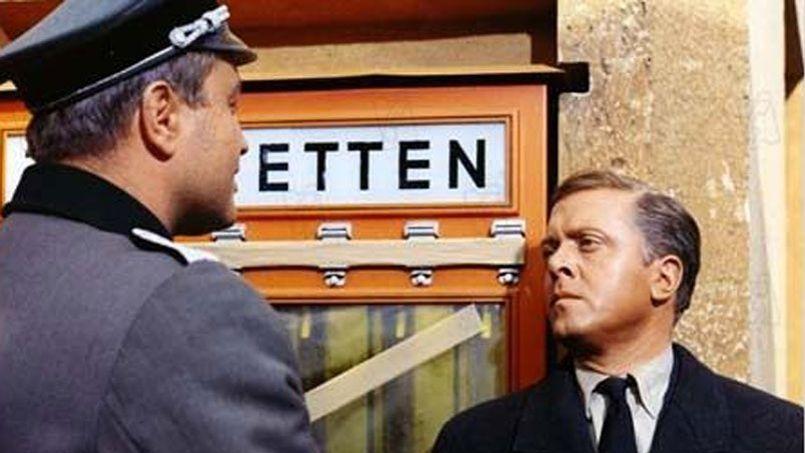 Richard Attenborough ( à droite) est arrêté par un officier nazi dans <i>La Grande Évasion </i>(1963) de John Sturges.