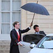 La cote de l'exécutif poursuit sa chute, celle de Sarkozy remonte