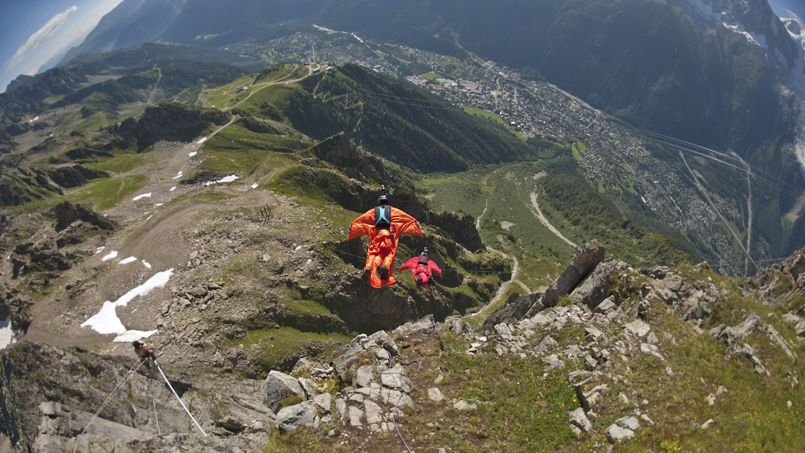 Deux sportifs en wing-suit sautent dans le vide pr�s de Chamonix, en 2012.