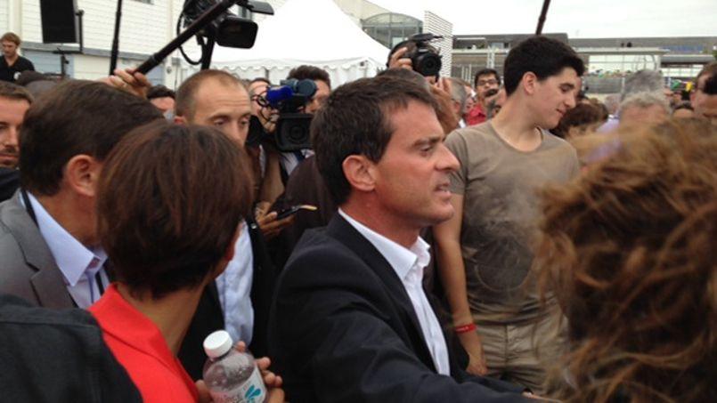 À son arrivée en gare, Manuel Valls a été accueilli par les cris de colère des nombreux manifestants de gauche.