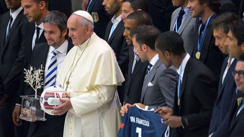 Le pape François a reçu une délégation de footballeurs lundi au Vatican.