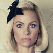 Pamela Anderson s'est assagie et pose en col claudine