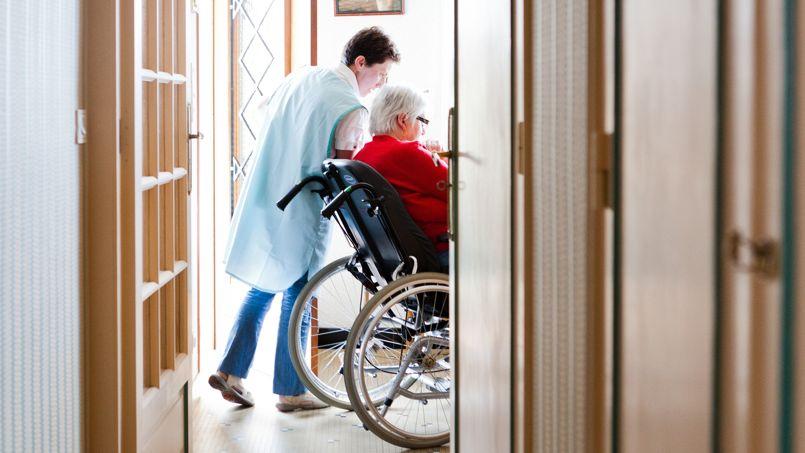Dépendance: une loi pour aider les seniors à rester chez eux
