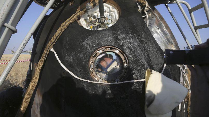 Oleg Artemyev, l'un des deux cosmonautes russes présents à bord de la capsule Soyouz TMA-12M , s'apprête à en sortir, quelques minutes après avoir atterri au sud-est de Dzhezkazgan (Kazakhstan) ce jeudi 11 septembre. À 43 ans, il effectuait son premier vol dans l'espace.