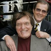 Roger Moore «bouleversé» par la mort de son ami Richard Kiel