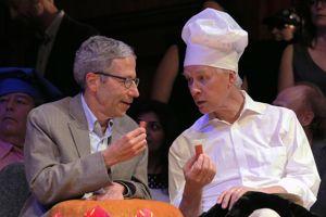 Les Prix Nobel Eric Maskin et Richard Roberts goûtent les saucisses espagnoles.