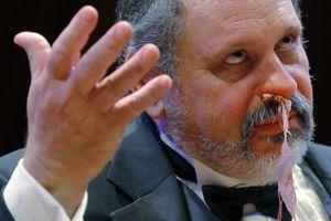 Gary Dryfoos, de l'équipe IG Nobels, montre comment placer le jambon…