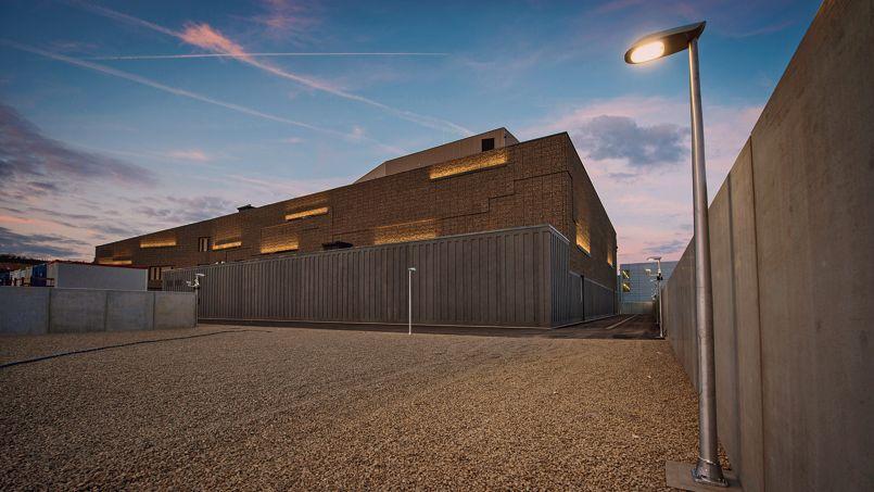 Dans le bâtiment aux allures de bunker, tout a été pensé pour réceptionner, stocker et conserver dans des conditions optimales des marchandises d'exception.