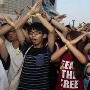 Bras croisés, mains levées : à chaque mouvement son signe