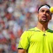 Un tennisman effectue un doigt d'honneur à la sortie du court