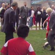 Le maire de Londres fait un croc-en-jambe à un enfant