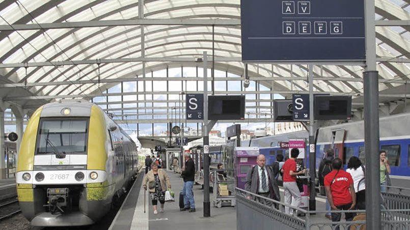 Un TER entre en gare de Reims à côté d'un TGV. (Crédit: François Bouchon/Le Figaro)