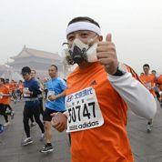 A Pékin, on court le marathon avec des masques antipollution