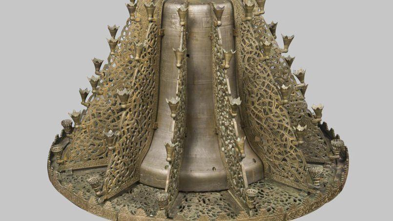 Les deux lustres millénaires et monumentaux de la mosquée de la Qarawiyyin à Fès sont exposés au Louvre. Celui-ci a pour cœur une cloche d'église prise par le sultan Abu al-Hasan en 1333 lors de la bataille de Gibraltar.