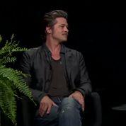 Brad Pitt crache son chewing-gum sur Zach Galifianakis