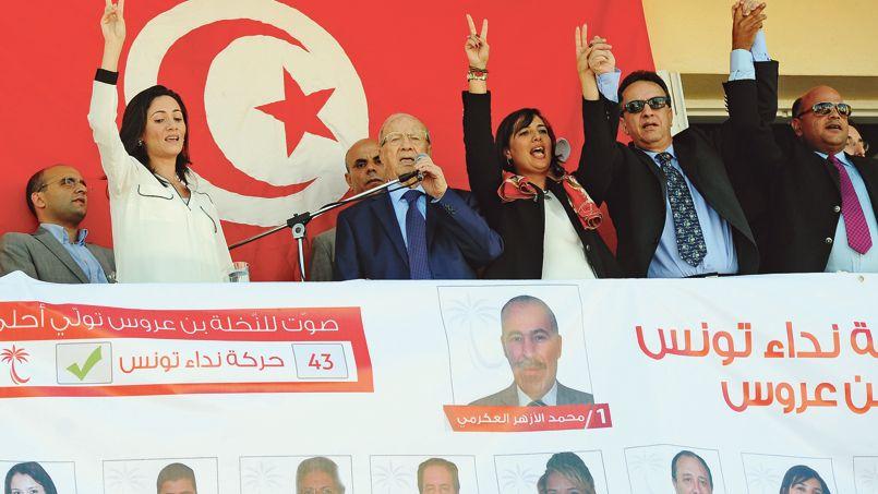 Le fondateurde Nidaa Tournes, Béji Caïd Essebsi (au centre), lors d'un meeting à Hamman Lif au sud de Tunis, le 21 octobre.