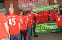 Un stand propose d'échanger gratuitement son maillot de Balotelli