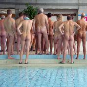 Des naturistes se jettent à l'eau dans une piscine de Mulhouse