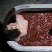France 4 : une candidate se baigne dans une «baignoire de sang»