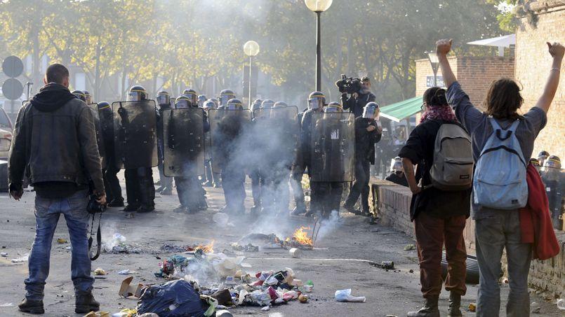 Des manifestants font face à la police, lundi, à Albi.