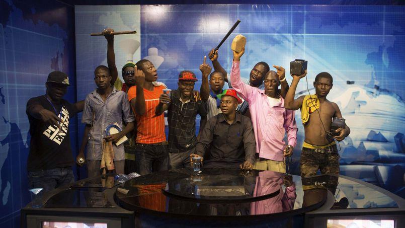 D'autres manifestants investissent les studios de la chaiîne de télévision d'Etat.