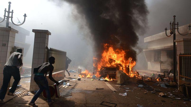 Des manifestants investissent l'Assemblée Nationale à Ouagadougou le 30 octobre, alors que le vote du projet de révision constitutionnelle était prévu dans la matinée.