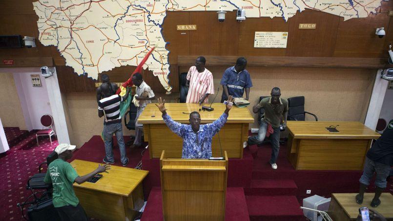 Une dizaine de manifestants prend d'assaut les locaux du Parlement.