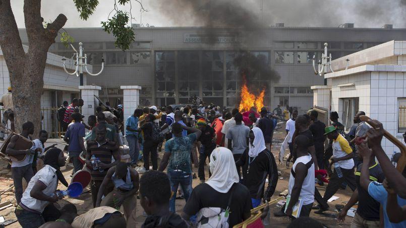 Des manifestants mettent le feu aux bâtiments du Parlement. Des milliers d'assaillants ont ensuite convergé en direction du Palais présidentiel.