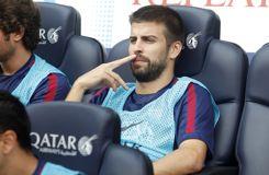 Sur le banc, un joueur de Barcelone préfère son téléphone au match