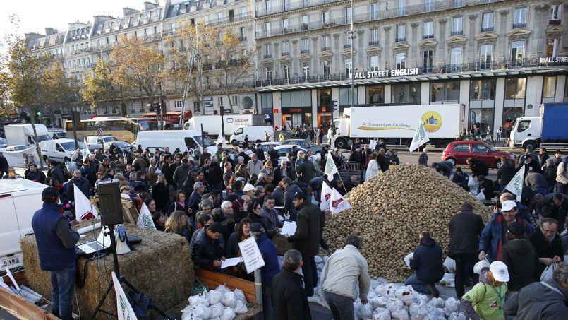 Plus 20.000 sacs de pommes, oignons et pommes de terre seront distribués, «soient 50 tonnes de produits agricoles qui viendront directement du producteur au consommateur», souligne les syndicats.