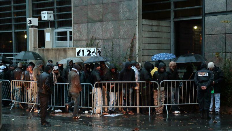 Des demandeurs d'asile devant la préfecture de police de Rennes, en novembre 2012.