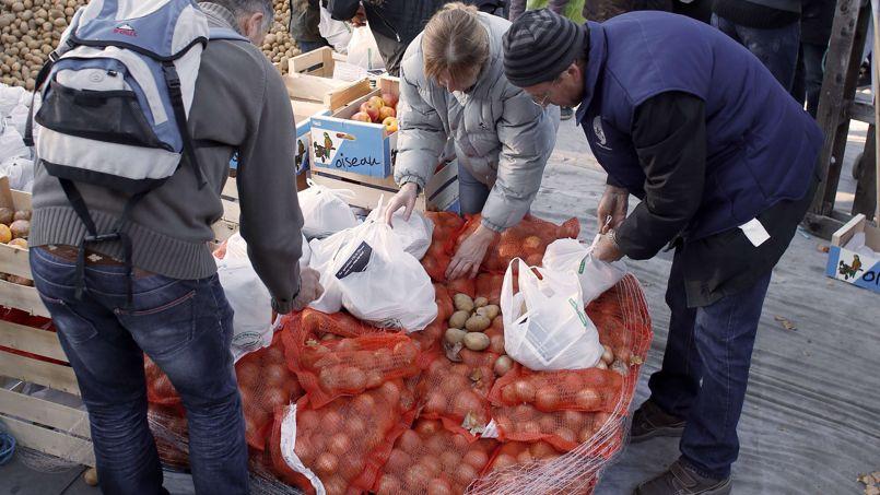 Autre point de tension: la non-valorisation des produits issus de l'agriculture française dans les assiettes. Les agriculteurs souhaitent que l'État et les collectivités montrent l'exemple en confectionnant en restauration collective au moins deux plats sur trois à partir de produits français.
