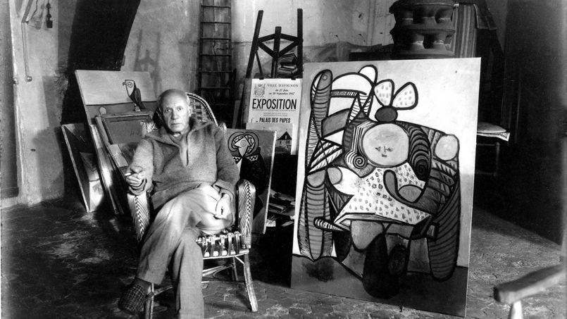 Picasso, dans le grenier de l'hôtel Savoie, quai des Grands-Augustins, VIe arrondissement de Paris.