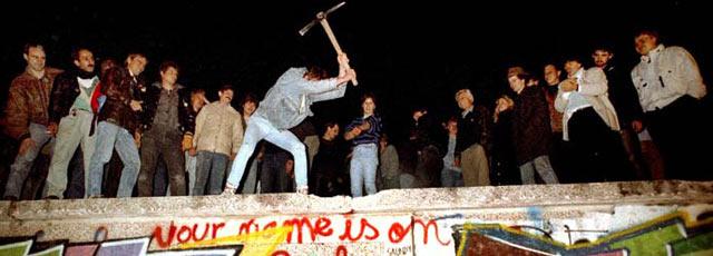 EN DIRECT - Revivez minute par minute la nuit de la chute du mur de Berlin