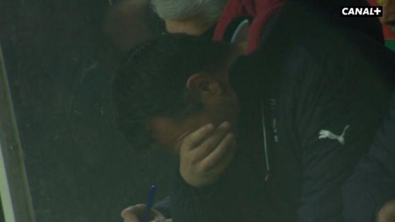 Willy Sagnol fond en larmes en fin de première période durant le match Bordeaux-Lens
