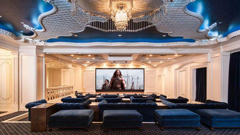 Un complexe de loisirs abrite une salle de spectacles de 50 places, un bowling et une discothèque.