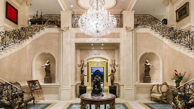 Le «Palazzo di Amore», ainsi dénommé car M. Greene s'y est marié avec Mei Sze Chan en 2009, avait été acheté à un Saoudien pour 35 millions de dollars. Le couple a effectué des travaux estimés entre 25 et 40 millions de dollars.