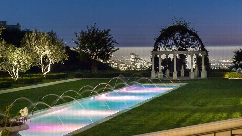 La propriété, qui se dresse sur un promontoire dominant Los Angeles, peut recevoir jusqu'à 1000 invités.