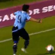Suarez se fait arracher son maillot et Cavani rate l'immanquable
