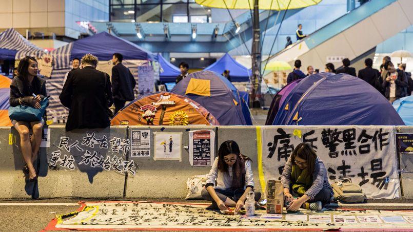 Les militants pro-démocratie dans le quartier d'Admiralty à Hongkong, jeudi.
