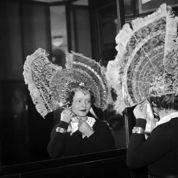 Guerre et paix: les chapeaux des Catherinettes colorent les rues parisiennes