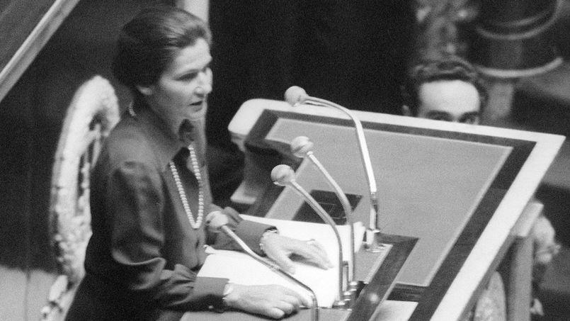Simone Veil, ministre de la Santé, s'exprime à l'Assemblée Nationale pour défendre la loi sur l'avortement votée en 1974. Crédit: AFP