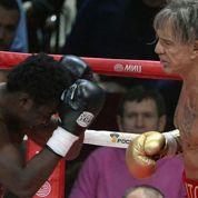Mickey Rourke gagne un combat bien arrangé à Moscou