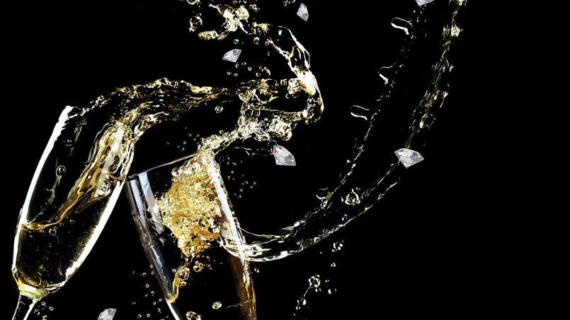 un diamant cach dans une coupe de champagne pour le nouvel an. Black Bedroom Furniture Sets. Home Design Ideas