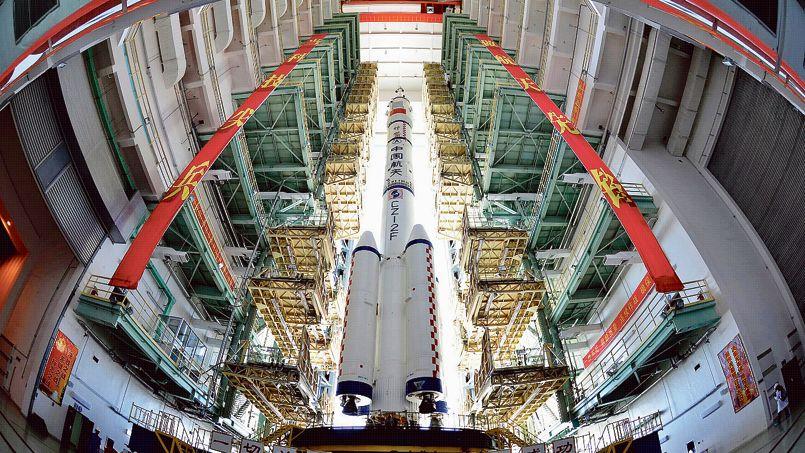 La «Longue Marche-2» en attente de transfert à la rampe de lancement de Jiuquan, en 2012.