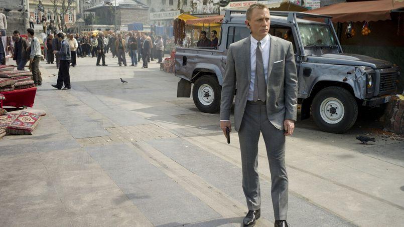 Daniel Craig dans le rôle de James Bond au début de <i>Skyfall.</i>